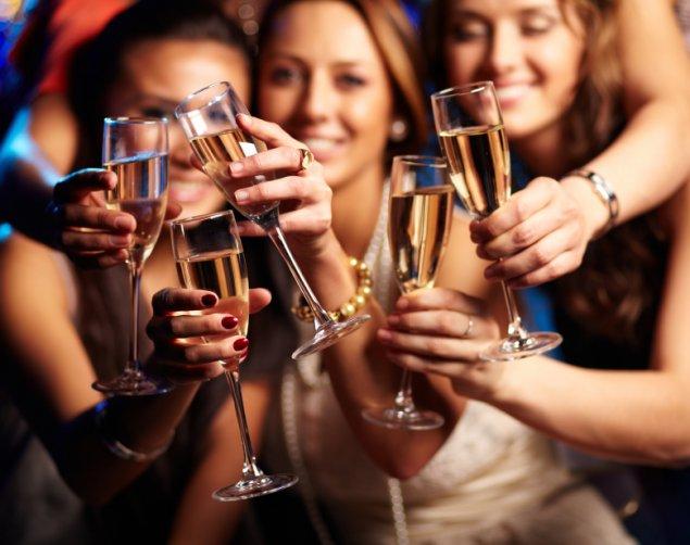 nightclub-stock-drinking-friends