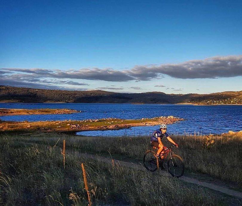 Riding the Hatchery Bay Trail on Lake Jindabyne. Photo: Stephen Molloy, Destination Jindabyne Facebook.