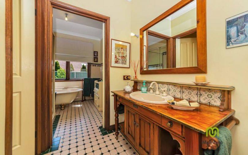 Claw-foot bath