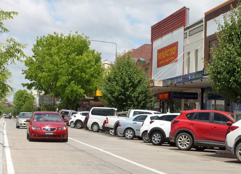 Cars on Auburn Street in Goulburn.
