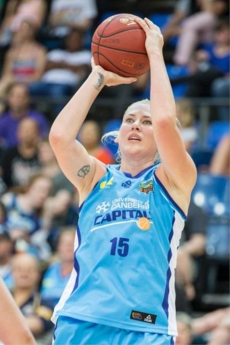 Lauren Jackson playing basketball.