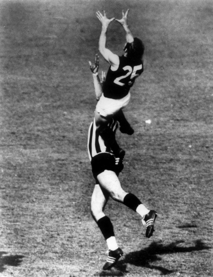 Alex Jesaulenko taking a big mark in 1970 VFL grand final.