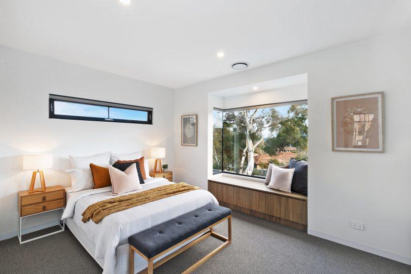 Bbedroom with window seat